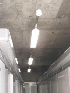 トランクルーム通路はセンサー付きライトで夜も安心